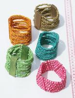 Pequenos pulseiras de sementes